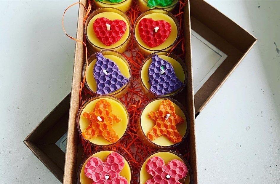 Bišu vaska tējas sveces ar krāsainu vaska dekoru - 10 gab dāvanu kastītē