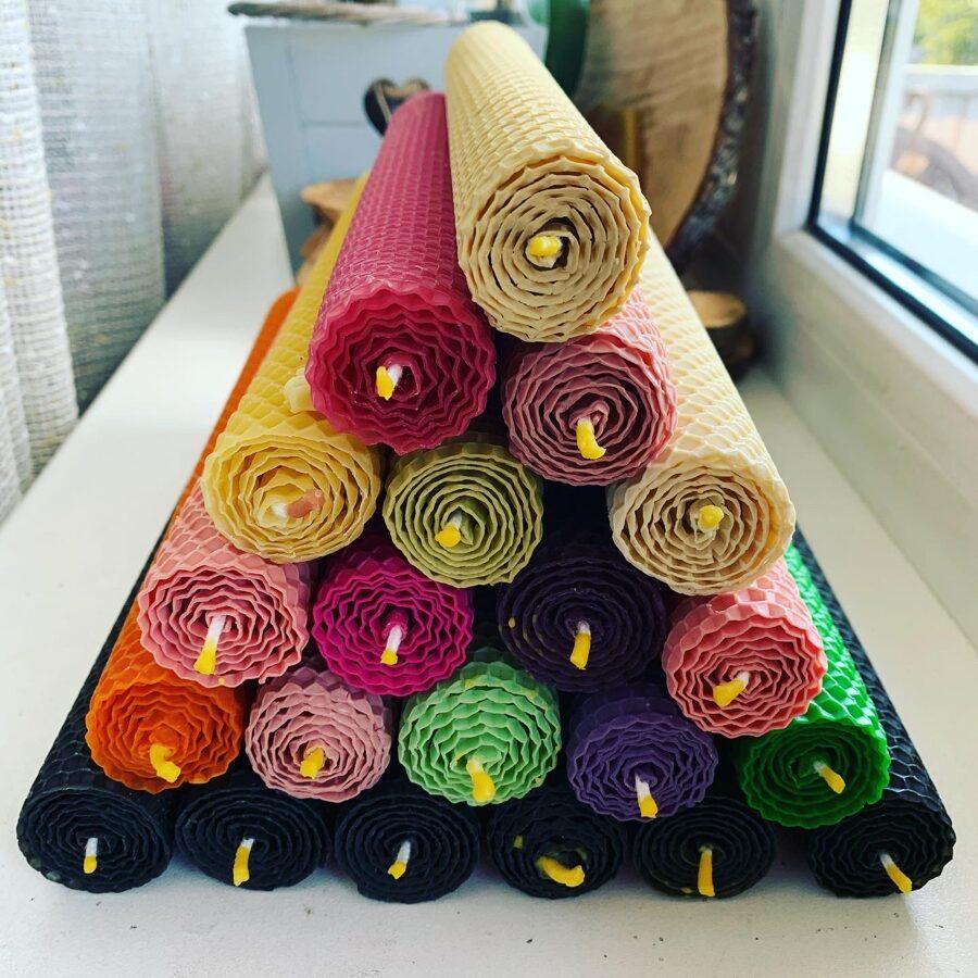 Tītās, krāsainās bišu vaska sveces 26 x 3 cm kopā ar keramikas svečturi