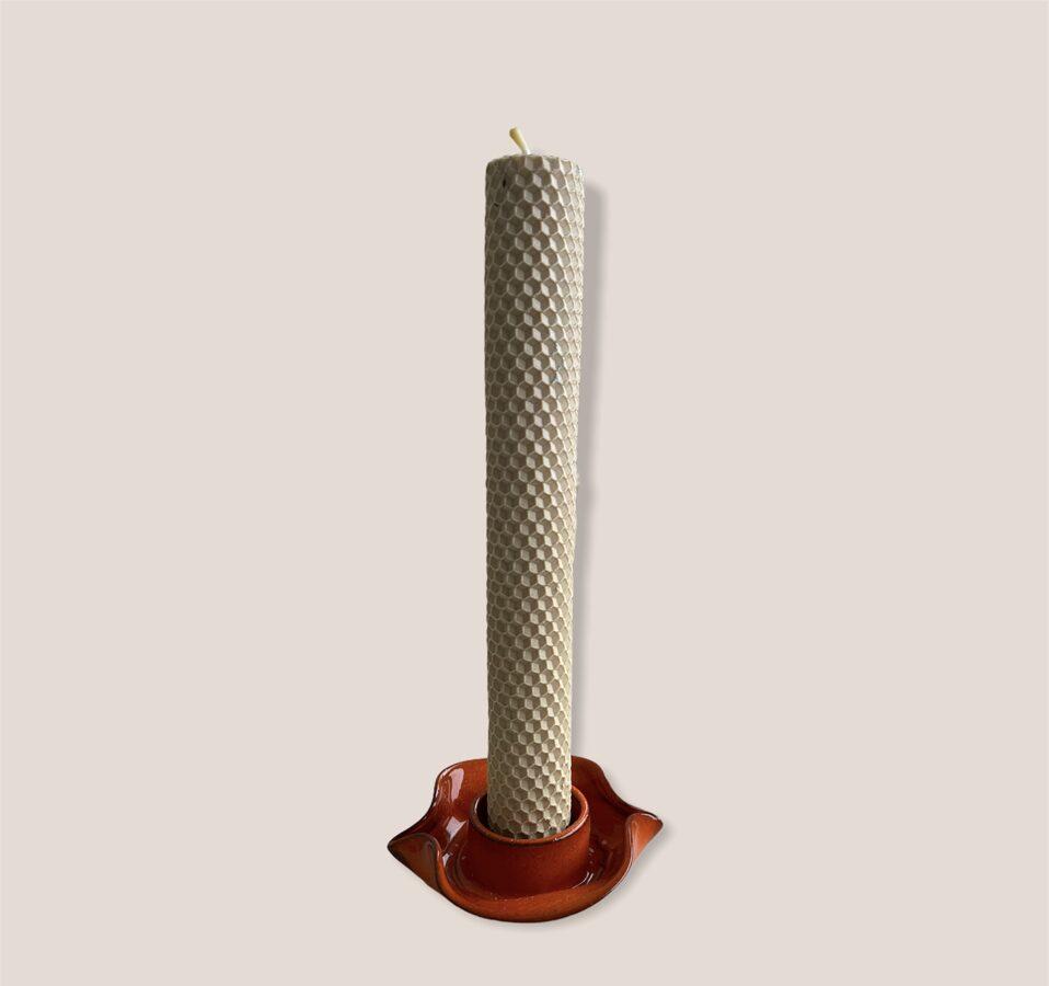Tītā bišu vaska svece ar keramikas svečturi.